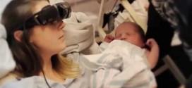 Maman aveugle qui voit son bébé pour la première fois