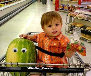 courses-bebe-supermarche-yeux-autocollants