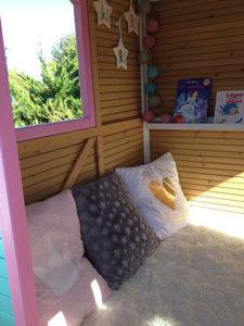 Coin lecture dans la cabane pour enfants Sophie